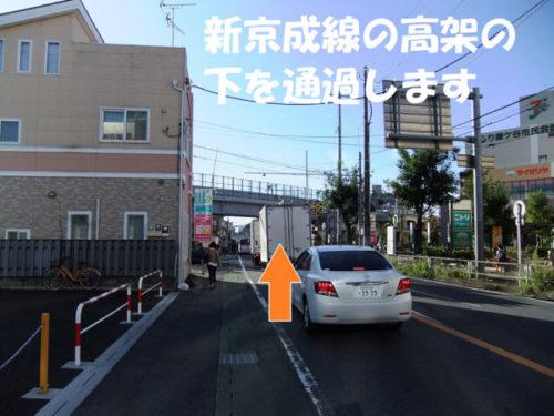 交差点を過ぎたあたり(右手にヨーカドー・前方に新京成線の高架)